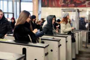 Пассажиры метро стали чаще оплачивать проезд банковскими картами через терминалы на турникетах / Новости города / Сайт Москвы